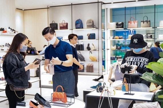Du khách mua sắm tại một trung tâm thương mại ở TPHCM