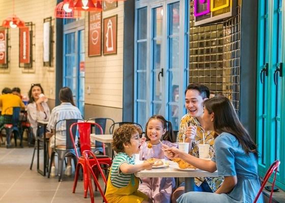 Nhóm khách gia đình thưởng thức ẩm thực tại Phú Quốc. Ảnh: VINGROUP