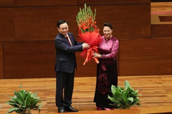 Nguyên Chủ tịch Quốc hộiNguyễn Thị Kim Ngân tặng hoa cho tân Chủ tịch Quốc hội Vương Đình Huệ. Ảnh: QUANG PHÚC
