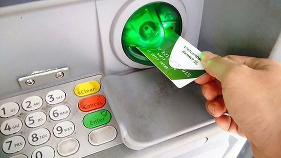 Nhận lương hưu, trợ cấp BHXH qua tài khoản giúp người dân nhận tiền luôn nhanh chóng, thuận tiện, an toàn so với nhận bằng tiền mặt