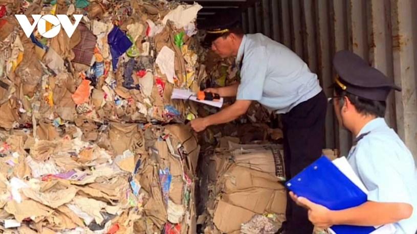 Cán bộ hải quan kiểm tra các container phế liệu nhập khẩu.