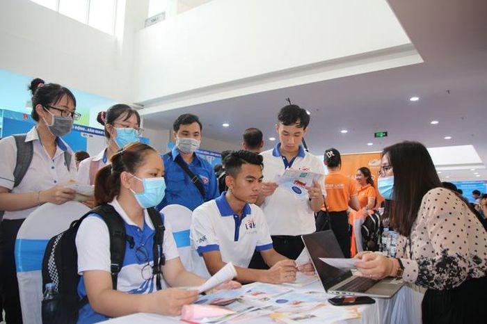 Nhiều bạn trẻ quan tâm đến các cơ hội ra nước ngoài làm việc tại gian hàng của Colab