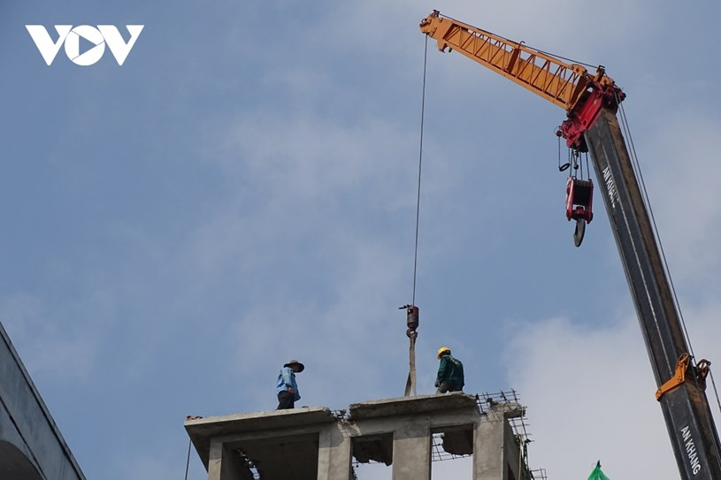 Công nhân tiến hành tháo dỡ tại tầng thượng công trình số 433/11 Sư Vạn Hạnh, Phường 12, Quận 10.