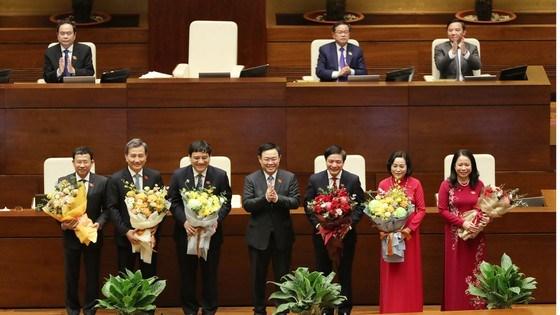 Chủ tịch Quốc hội Vương Đình Huệ tặng hoa Phó Chủ tịch nước Võ Thị Ánh Xuân và các ủy viên Ủy ban Thường vụ Quốc hội, chiều 6-4. Ảnh: VIẾT CHUNG