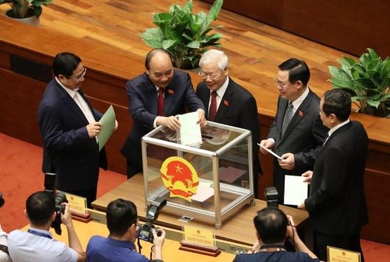 Đại biểu Quốc hội bỏ phiếu bầu Phó Chủ tịch nước, một số ủy viên Ủy ban Thường vụ Quốc hội chiều 6-4. Ảnh: VIẾT CHUNG