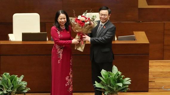Chủ tịch Quốc hội Vương Đình Huệ tặng hoa Phó Chủ tịch nước Võ Thị Ánh Xuân. Ảnh: VIẾT CHUNG