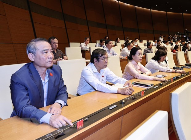 Các đại biểu Quốc hội biểu quyết thông qua các nghị quyết về nhân sự. (Ảnh: TTXVN)