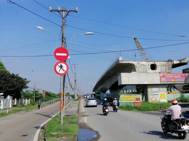 Cầu Tăng Long (TP Thủ Đức) tắc nhiều năm nay vì vướng mặt bằng. Ảnh: LINH PHƯƠNG.