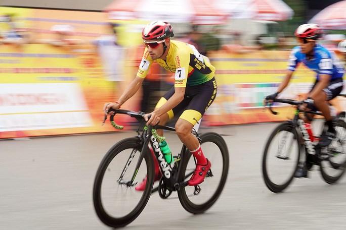 Javier (7) thi đấu xuất sắc ở chặng đua này
