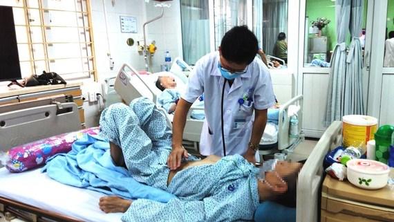 Các bác sĩ kiểm tra sức khỏe một trường hợp bị ngộ độc thuốc nam