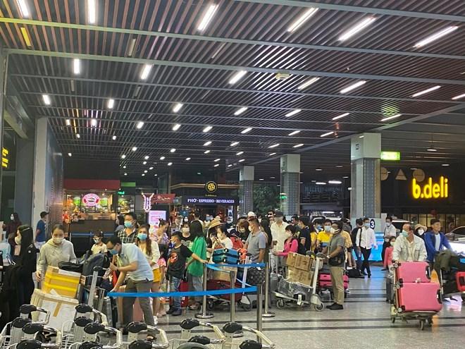 Kể từ khi áp dụng phương án phân làn mới, khu vực nhà để xe TCP tại sân bay Tân Sơn Nhất thường xuyên rơi vào tình trạng quá tải, đặc biệt tại khu vực thang máy. ẢNH: H.MAI