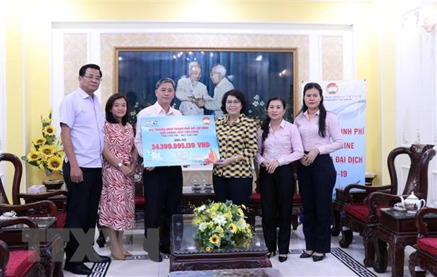 Ông Dương Thanh Tùng, Tổng Giám đốc Đài Truyền hình TPHCM trao tượng trưng số tiền hơn 34 tỷ đồng quyên góp cho bà Tô Thị Bích Châu, Chủ tịch Ủy banMặt trận Tổ quốc Việt Nam TP. (Ảnh: Xuân Khu/TTXVN)