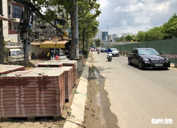 Phần vỉa hè đoạn từ đường Điện Biên Phủ về cầu Thủ Thiêm đang lát gạch - Ảnh: CHÂU TUẤN