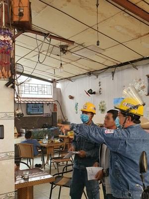 Công nhân EVNHCMC tư vấn sử dụng điện an toàn, tiết kiệm tại các hộ gia đình