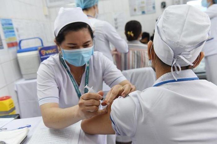 Những nhân viên y tế đầu tiên được tiêm vắc-xin COVID-19. (Ảnh: Duyên Phan)