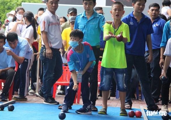 Với nhiều vận động viên, việc đi đứng, thăng bằng đã là chuyện khó, nhưng họ vẫn vào đường đua