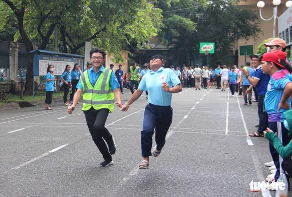 Đối với thí sinh khiếm thị tham gia phần thi chạy 60m thì sẽ bịt mắt và được tình nguyện viên chạy kèm chỉ đường