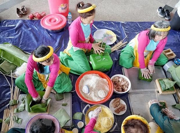 Đội thi đến từ quận 5 tham gia 'Hội thi Gói, nấu bánh Chưng dâng cúng Quốc Tổ' lần thứ 3 năm 2021. (Ảnh: Thu Hương/TTXVN)