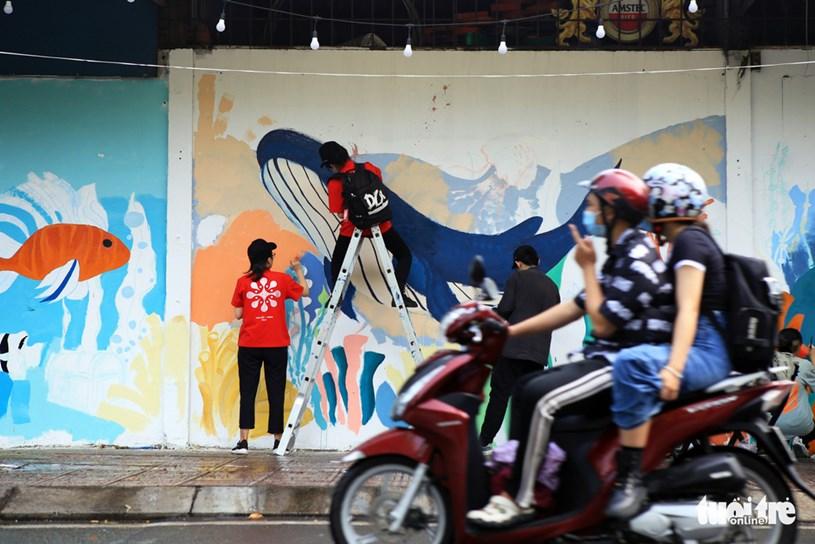Người đi đường thích thú với những mảng tường đầy màu sắc do các bạn sinh viên vẽ nên