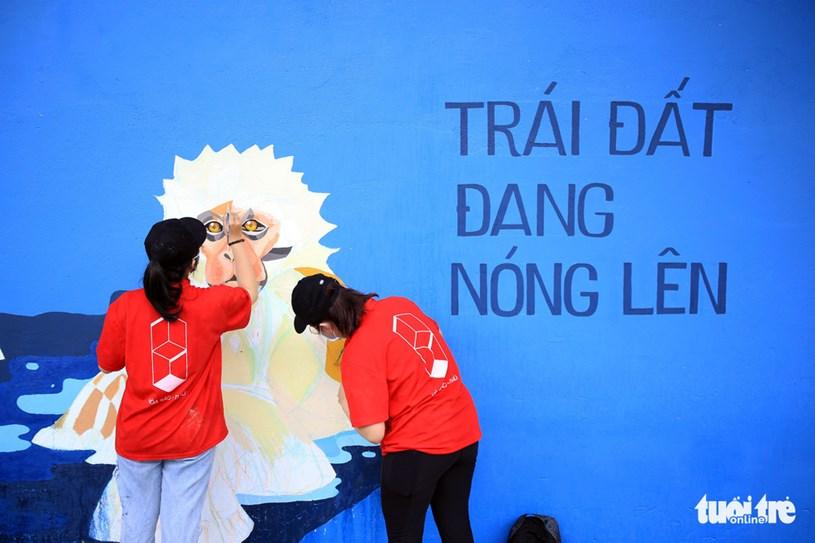 """Thông điệp nhân văn, hình ảnh ấn tượng cùng màu sắc hài hòa, những mảng tường cũ trên đường Hoàng Sa như được """"khoác áo mới"""""""