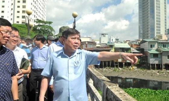 Chủ tịch UBND TPHCM Nguyễn Thành Phong chỉ đạo tại hiện trường. Ảnh: CAO THĂNG