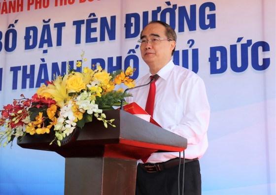 Đồng chí Nguyễn Thiện Nhân thay mặt các gia đình phát biểu tại lễ đặt tên đường