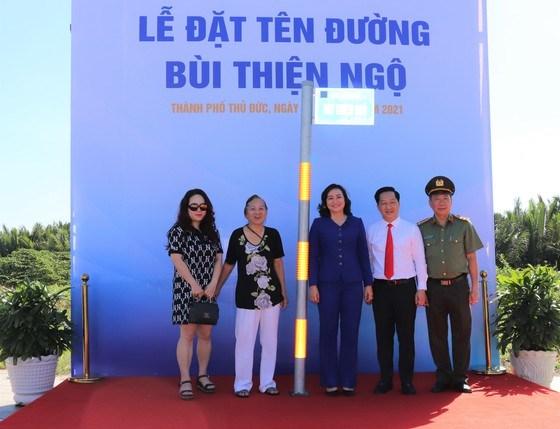 Lãnh đạo TPHCM và TP Thủ Đức cùng gia đình Thượng tướng Bùi Thiện Ngộ trong ngày tên ông được đặt tại con đường trung tâm TP Thủ Đức
