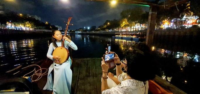 Du khách nghe đàn trên kênh Nhiêu Lộc - Thị Nghè