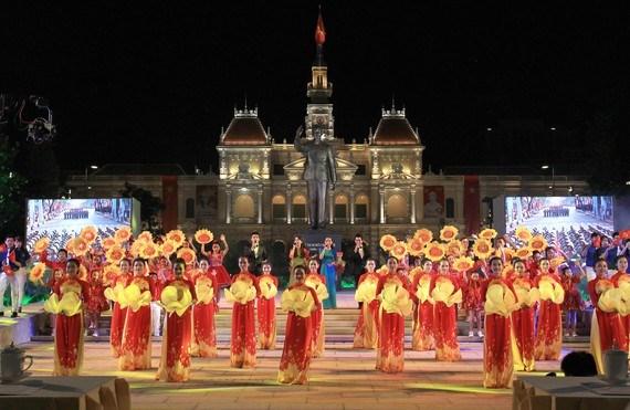 Chương trình biểu diễn nghệ thuật chào mừng các ngày lễ lớn diễn ra trên phố đi bộ Nguyễn Huệ, quận 1. Ảnh: DŨNG PHƯƠNG