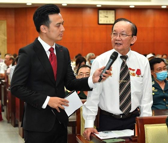 Giáo sư Trần Đông A giao lưu tại buổi họp mặt. Ảnh: VIỆT DŨNG