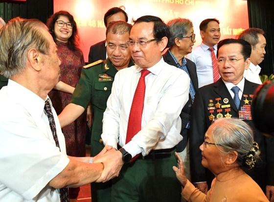 Bí thư Thành ủy TPHCM Nguyễn Văn Nên gặp gỡ các đại biểu. Ảnh: VIỆT DŨNG