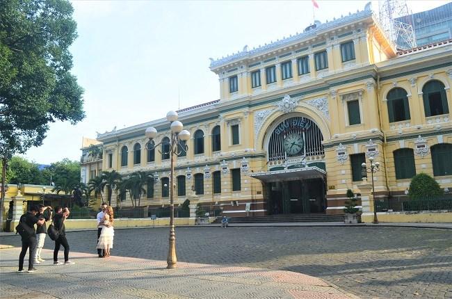 Trải nghiệm du lịch tại chỗ với các công trình kiến trúc như Nhà Thờ Đức bà, Bưu điện Trung tâm TPHCM phù hợp với tình hình hiện nay.