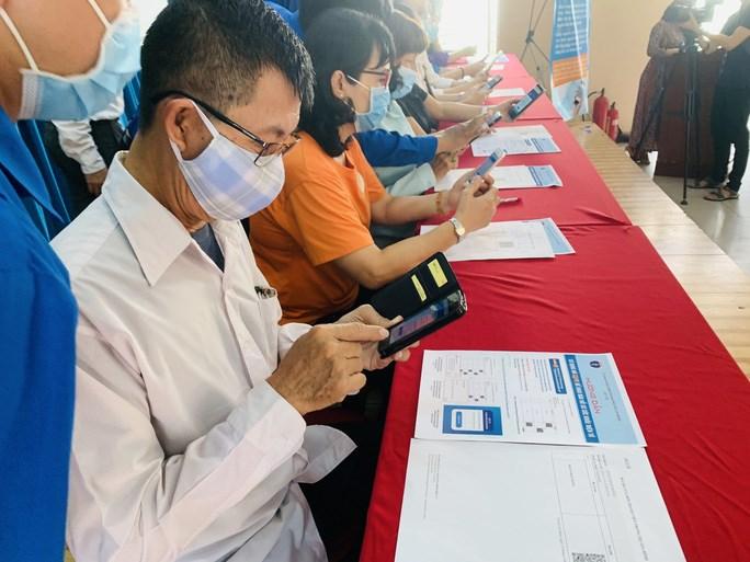Người bệnh chỉ thao tác trên điện thoại thông minh qua app hoặc mã QR Code bác sĩ sẽ nắm rõ tình trạng bệnh sử không cần phải thăm hỏi lại như trước. (Ảnh: HẢI YẾN)