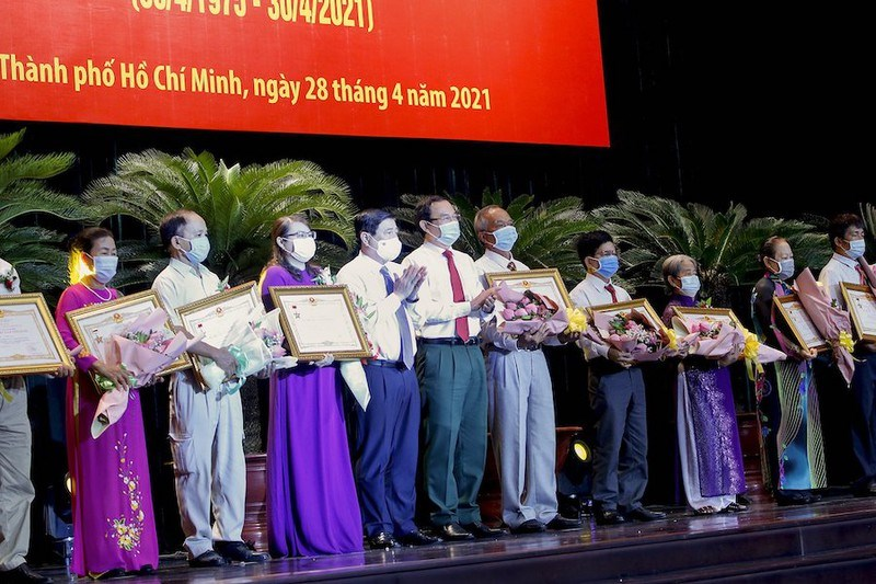 Bí thư Thành ủy TP.HCM Nguyễn Văn Nên và Chủ tịch UBND TP.HCM Nguyễn Thành Phong trao tặng danh hiệu. Ảnh: NGUYỆT NHI