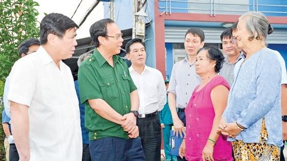 Bí thư Thành ủy TPHCM Nguyễn Văn Nên và Chủ tịch UBND TPHCM Nguyễn Thành Phongthăm hỏi đời sống người dân TP Thủ Đức. Ảnh: VIỆT DŨNG