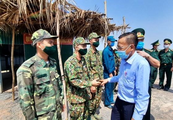 Trưởng Ban Dân vận Thành ủy TPHCM Nguyễn Hữu Hiệp thăm hỏi, động viên cán bộ, chiến sĩ chốt kiểm soát số 12 trên tuyến biên giới huyện Châu Thành