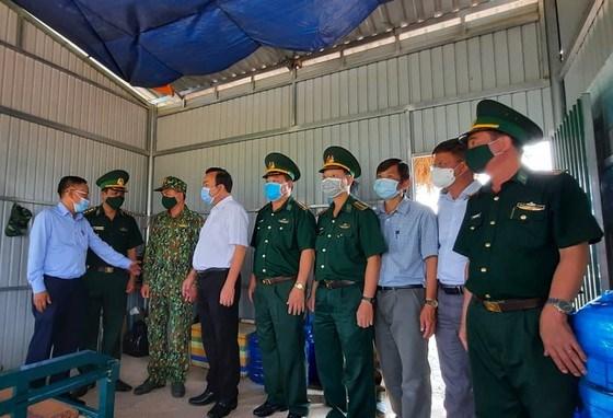 Đồng chí Nguyễn Hữu Hiệp và các thành viên trong đoàn thăm hỏi cán bộ, chiến sĩ chốt kiểm soát số 12