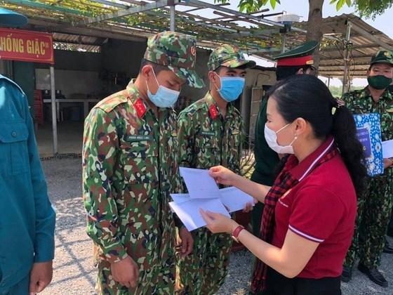 Phó Chủ tịch Ủy ban MTTQ Việt Nam TPHCM Phan Kiều Thanh Hương tặng quà cán bộ, chiến sĩ chốt kiểm soát số 5