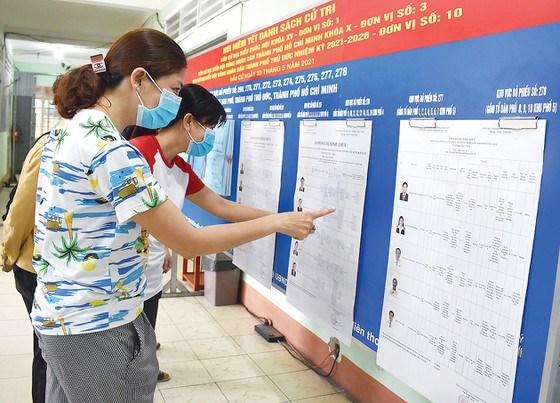 Cử tri tìm hiểu thông tin các ứng cử viên được niêm yết tại trụ sở UBND phường Tam Phú, TP Thủ Đức, TPHCM.Ảnh: ĐÌNH LÝ