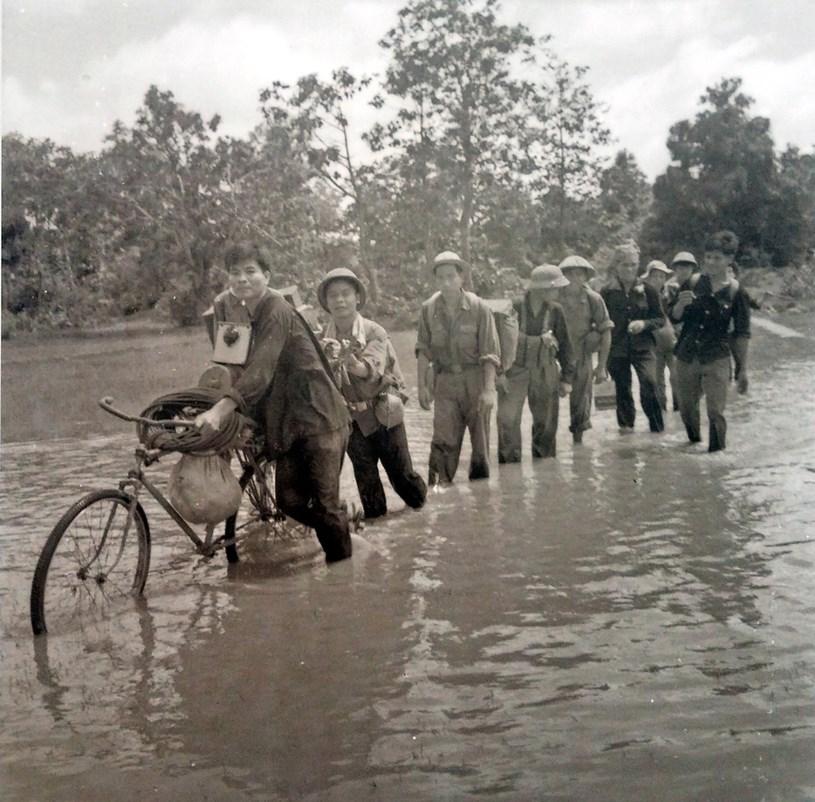 Đội chiếu bóng lưu động thuộc Phòng Điện ảnh giải phóng trên đường đi phục vụ các đơn vị quân Giải phóng khu Sài Gòn - Gia Định - Chợ Lớn