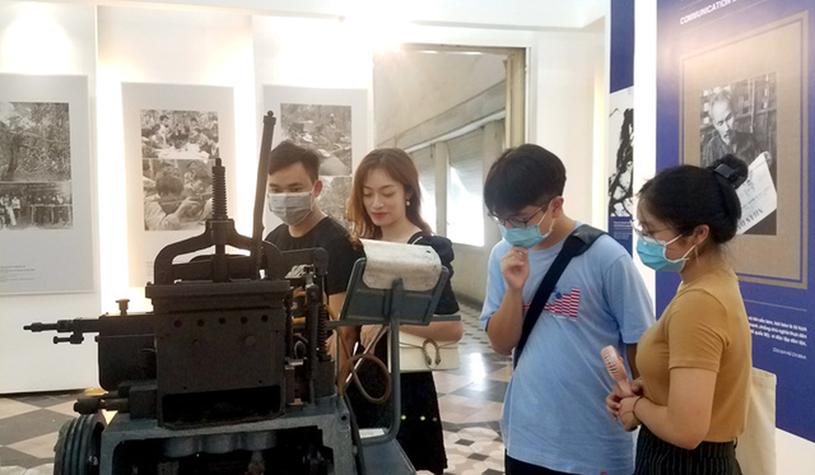 Khách tham quan chiếc máy đúc chữ Sudo đang trưng bày - Ảnh: L.ĐIỀN