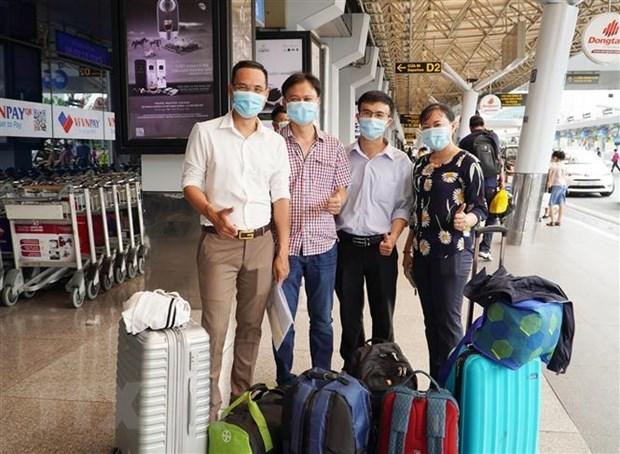 Đội phản ứng nhanh của Bệnh viện Chợ Rẫy chụp ảnh tại sân bay Tân Sơn Nhất trước khi ra Hà Nội hội quân cùng đoàn công tácBộ Y tếđể sang Lào hỗ trợ chống dịch. (Ảnh: TTXVN phát)