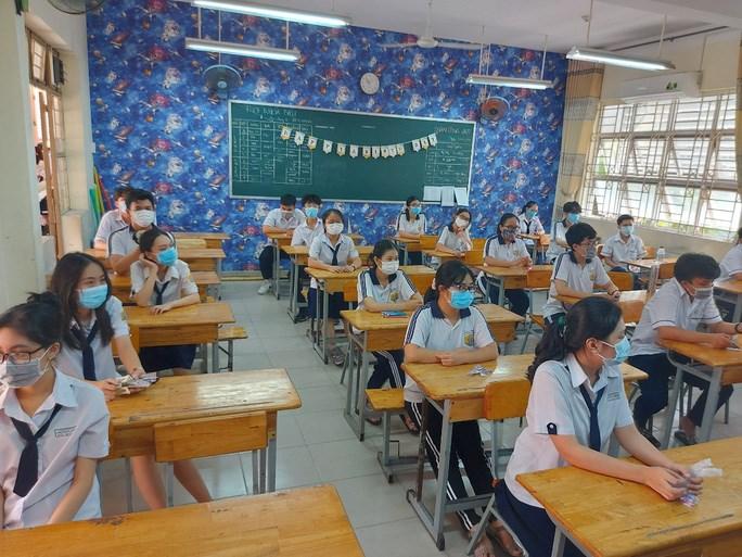 Học sinh Trường THPT Nguyễn Chí Thanh (quận Tân Bình) trong kỳ kiểm tra học kỳ II sáng ngày 4/5