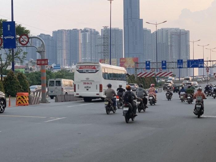 Thùng giảm chấn dưới chân cầu Sài Gòn hướng về quận Bình Thạnh