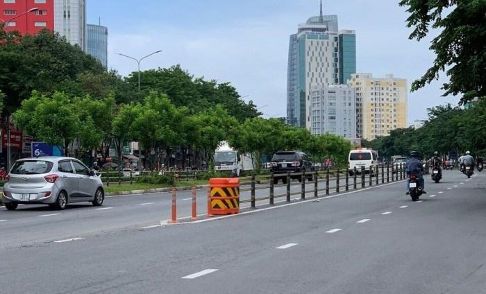 Thùng giảm chấn trên đường Xa lộ Hà Nội hướng từ cầu Sài Gòn đi TP. Thủ Đức. Ảnh Đỗ Loan