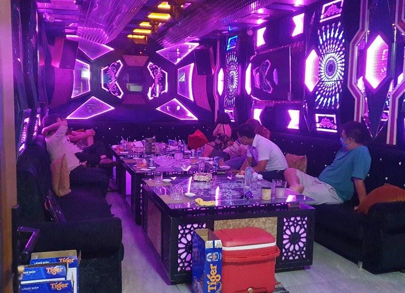 Một phòng hát karaoke đang hoạt động khi đoàn kiểm tra vào. Ảnh: NGUYỄN YÊN