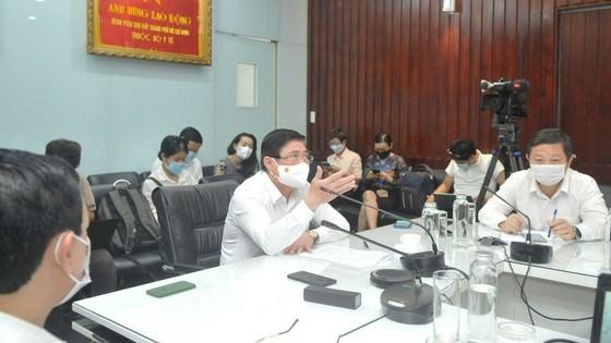 Chủ tịch UBND TP Nguyễn Thành Phong phát biểu trong buổi làm việc tại Bệnh viện Chợ Rẫy. Ảnh: CAO THĂNG