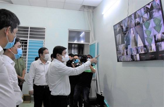 Chủ tịch UBND TPHCM Nguyễn Thành Phong kiểm tra hệ thống camerađangđược lắpđặt tại khu cách ly tập trung xã Long Thới, Nhà Bè. Ảnh: QUANG HUY