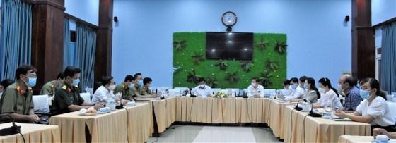 Chủ tịch UBND TP Nguyễn Thành Phong và Phó Chủ tịch UBND TP Dương AnhĐức làm việc với huyện Nhà Bè tối 10-5. Ảnh: QUANG HUY