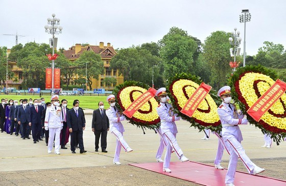 Đoàn đại biểu Ban Chấp hành Trung ương Đảng, Chủ tịch nước, Quốc hội, Chính phủ, Ủy ban Trung ương MTTQ Việt Nam đặt vòng hoa và vào Lăng viếng Chủ tịch Hồ Chí Minh sáng 18/5. Ảnh: VIẾT CHUNG